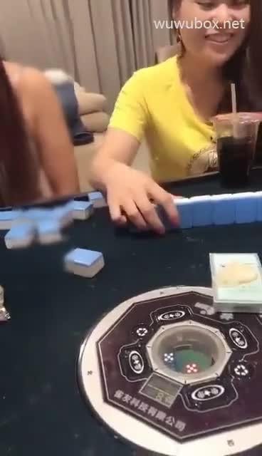 实力男主播强哥棋牌宾馆套路两个少妇打麻将输了提供性服务